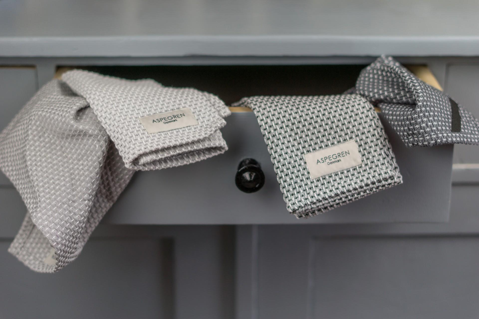 Spültücher aus Bio-Baumwolle in Waffeloptik von Aspegren Denmark. Die Spültücher werden in einer Schublade eines Küchenschrankes aufbewahrt.